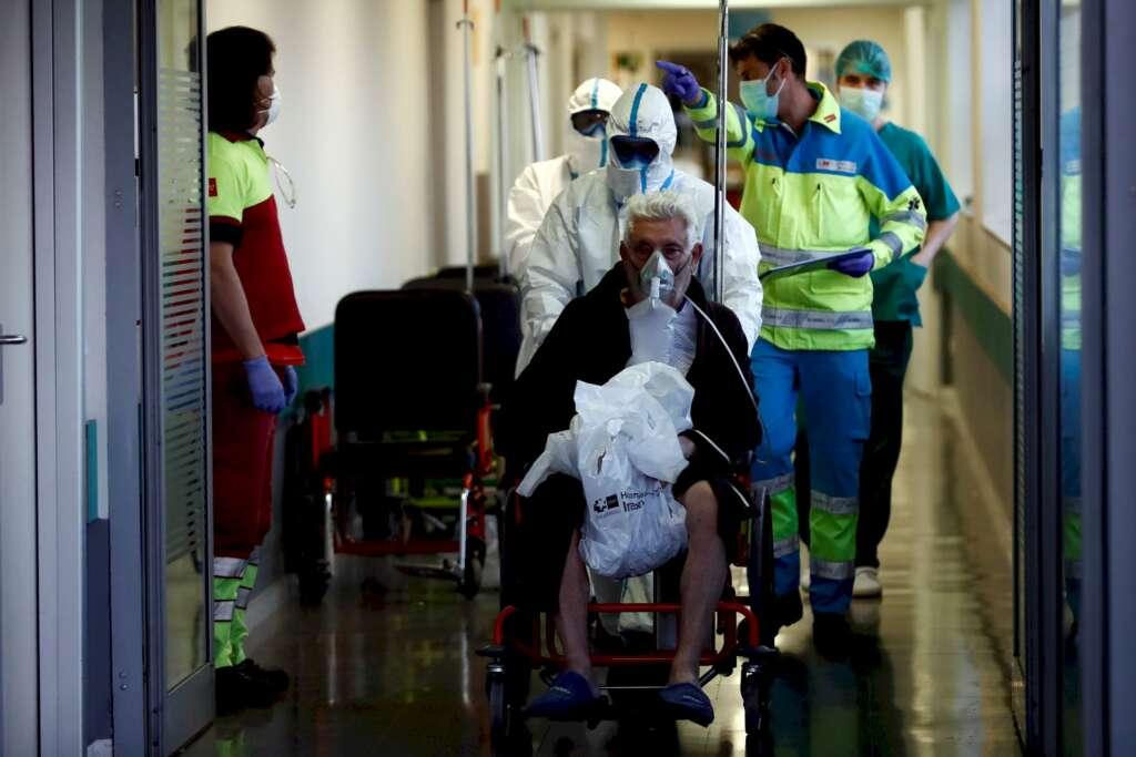 Los servicios de urgencias del hospital Infanta Leonor, en Madrid, atienden a pacientes de coronavirus. EFE