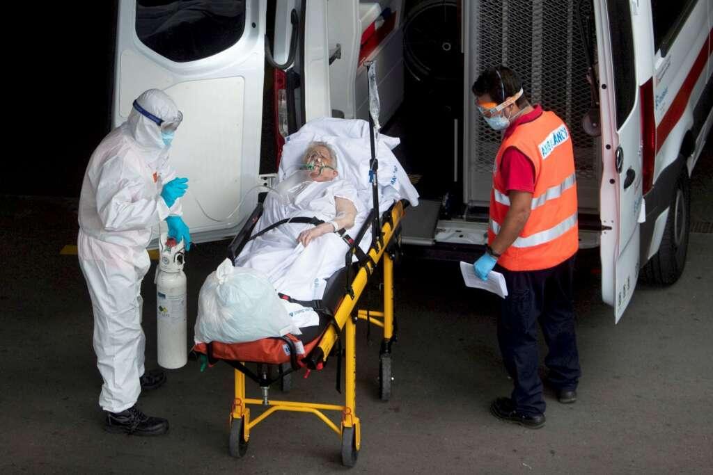 Un técnico de emergencias médicas traslada a una mujer en el Hospital del Mar de Barcelona, durante la pandemia de coronavirus en Cataluña | EFE/Archivo
