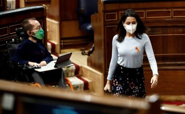 La líder de Ciudadanos, Inés Arrimadas, pasa frente al portavoz de Unidas Podemos, Pablo Echenique, durante el pleno del Congreso del 19 de noviembre de 2020 | EFE/Mariscal/Archivo