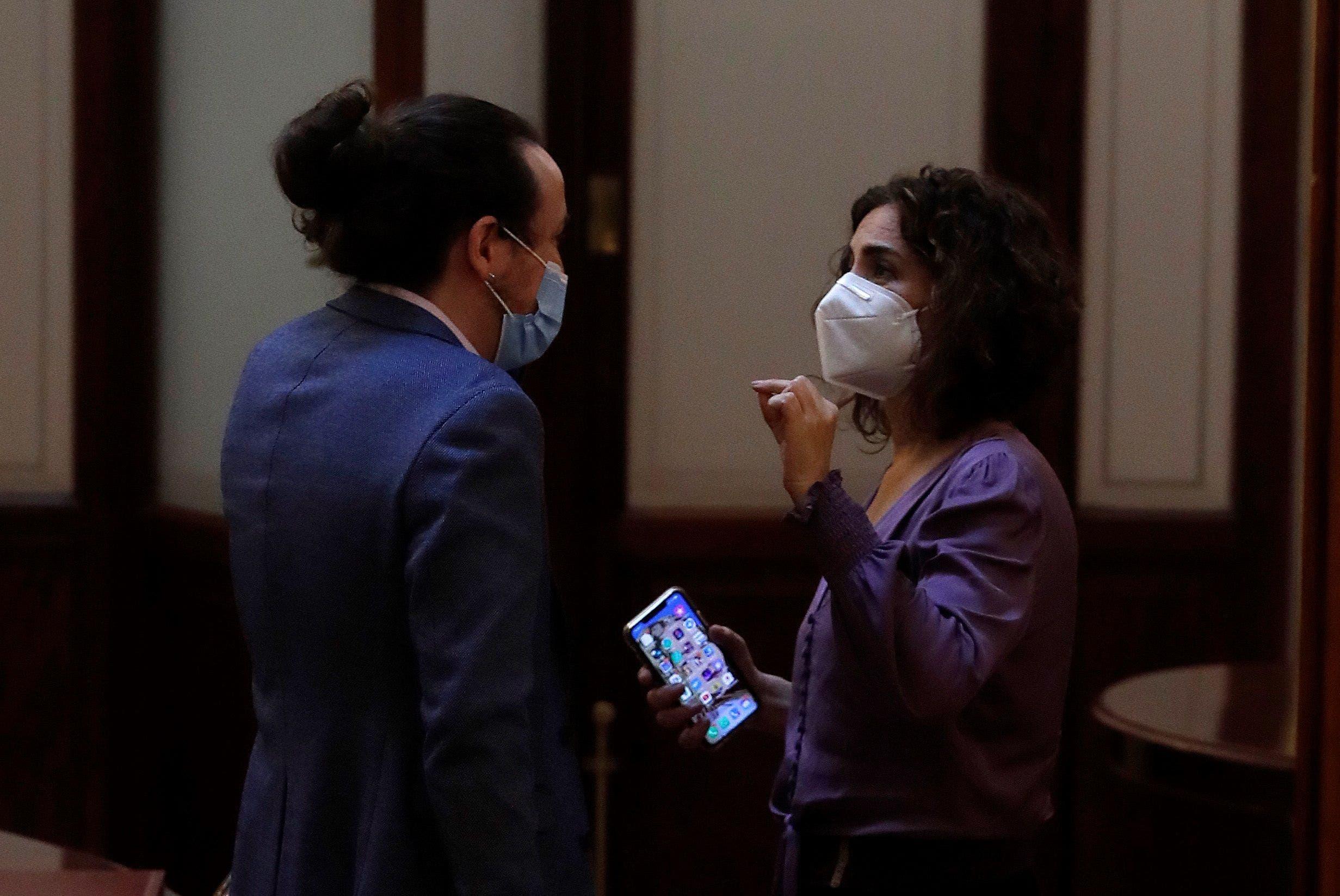 La ministra de Hacienda, María Jesús Montero, discutiendo con el vicepresidente segundo, Pablo Iglesias, este miércoles en los pasillos del Congreso de los Diputados