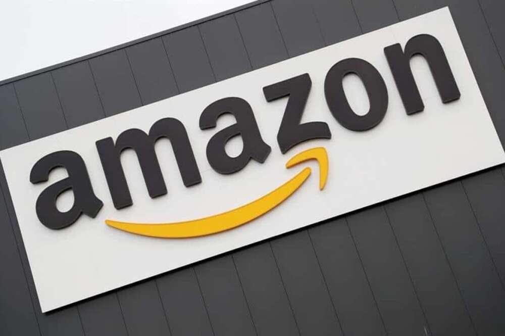 Imagen promocional de Amazon, que cuenta con la nueva lámpara antimosquitos de LED púrpura