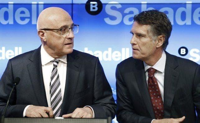 Josep Oliu y Jaume Guardiola, presidente y consejero delegado del Banc Sabadell, cuyo primer accionista es el fondo Blackrock / EFE