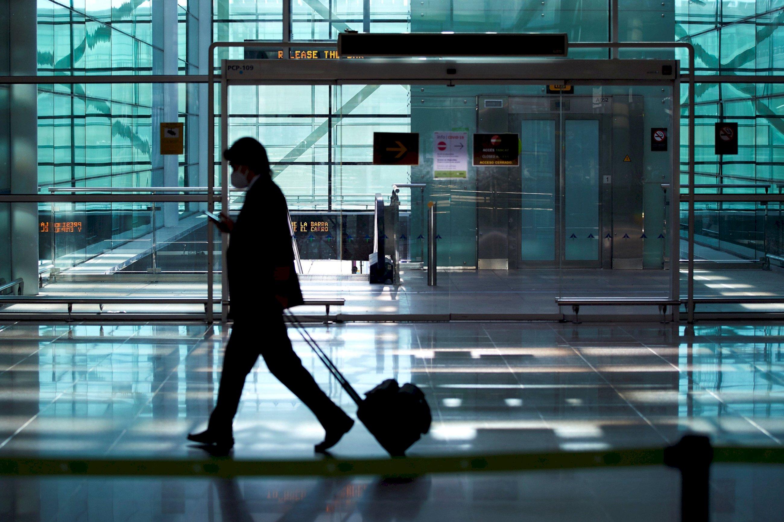Un viajero a su llegada al aeropuerto de El Prat de Barcelona el 23 de noviembre de 2020, el primer día en que los turistas estaban obligados a presentar una prueba PCR negativa de coronavirus para entrar a España | EFE/AG