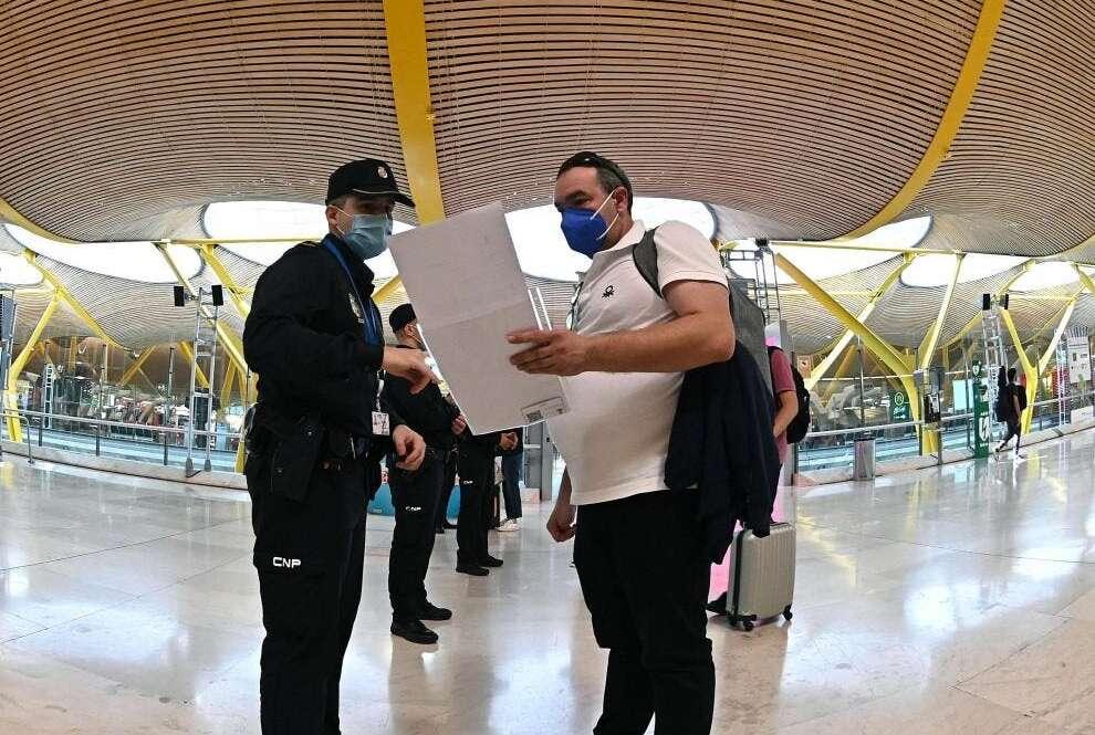 Agentes de la Policía Nacional controlan el acceso a la T-4 del Aeropuerto Adolfo Suárez Madrid-Barajas. EFE/Fernando Villar/Archivo
