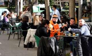Varios estudiantes en una terraza de la Plaza de la Universidad de Murcia. EFE/Juan Carlos Caval