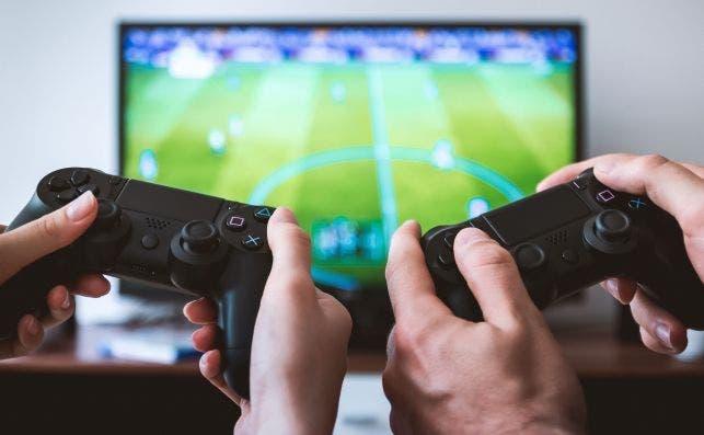 Mediamarkt pone a la venta la quinta generación de consolas de Sony, que aún no existe. En la imagen, un videojuego de fútbol en una Playstation. Jeshoots/CC0 (dominio público)