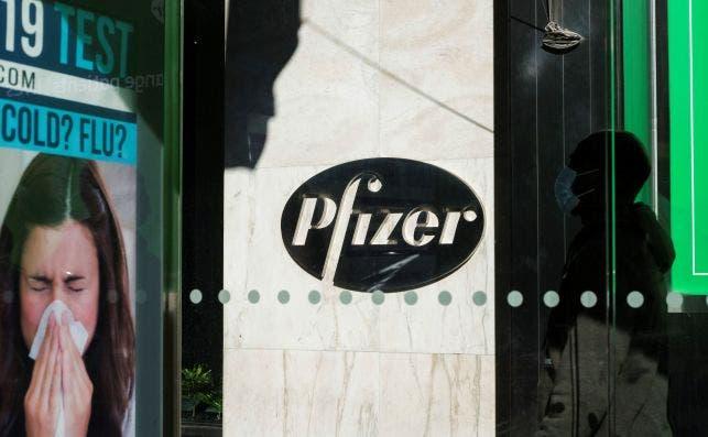Una persona accede a la sede central de la farmacéutica Pfizer en Nueva York, que lidera la carrera internacional por la vacuna de coronavirus. EFE/EPA/JUSTIN LANE