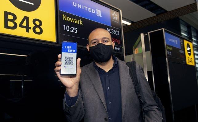 Un pasajero muestra su 'CommonPass' a su llegada desde Londres a Nueva York, en octubre de 2020. Este 'pase de salud' es desarrollado por el Foro Económico Mundial y The Commons Project | FEM