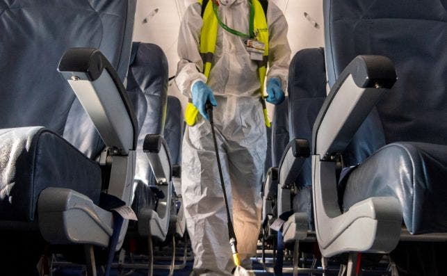 Además de las medidas de seguridad las aerolíneas tienen que dar mensajes de tranquilidad. Foto EFE