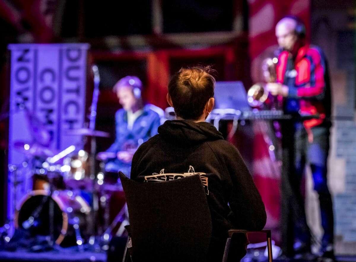 Una persona disfruta de un concierto en un local de ocio nocturno bajo medidas de seguridad como el uso de mascarilla o la distancia social. EFE/Archivo
