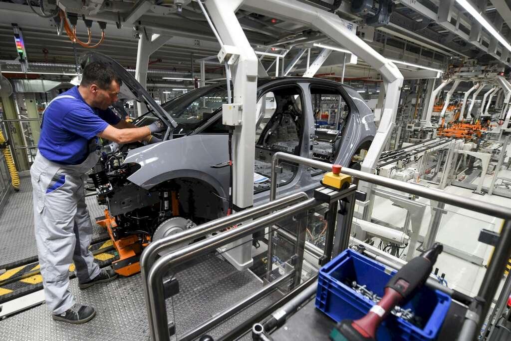 Un operario trabaja en una fábrica de coches. EFE