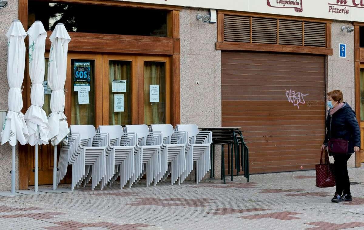 Un bar de Burgos cerrado por la crisis del coronavirus. El sector de la hostelería será de los más castigados si se produce una subida del salario mínimo a 1.000 euros, según un informe de la patronal Cepyme