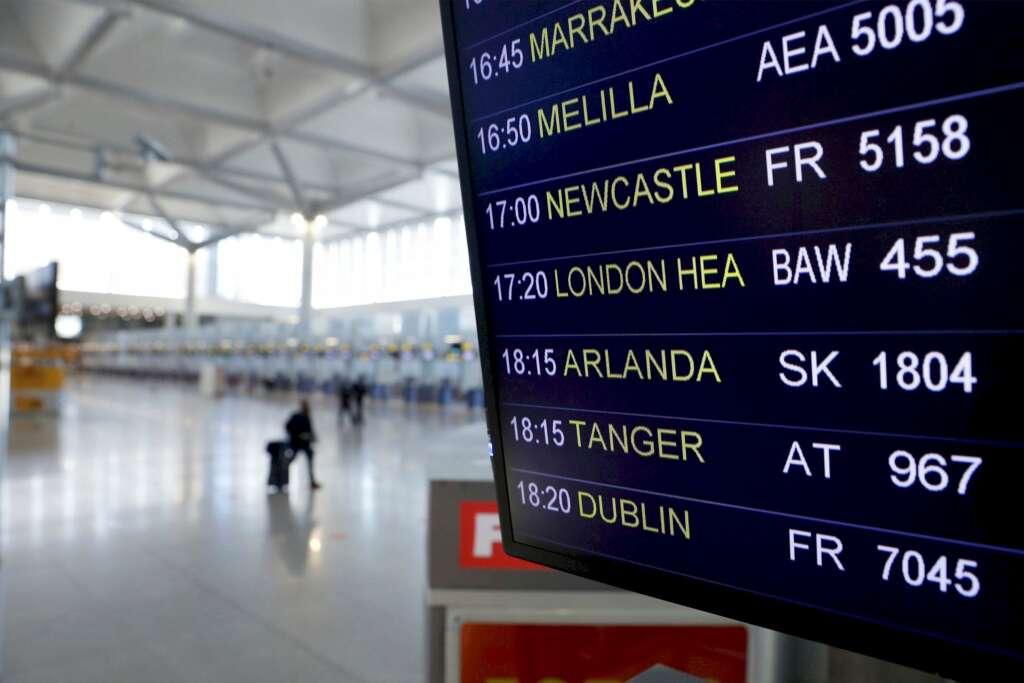 Panel de información de los vuelos del aeropuerto de Málaga previstos para este lunes. La cancelación de vuelos procedentes del Reino Unido no será efectiva hasta este martes. /EFE/Jorge Zapata