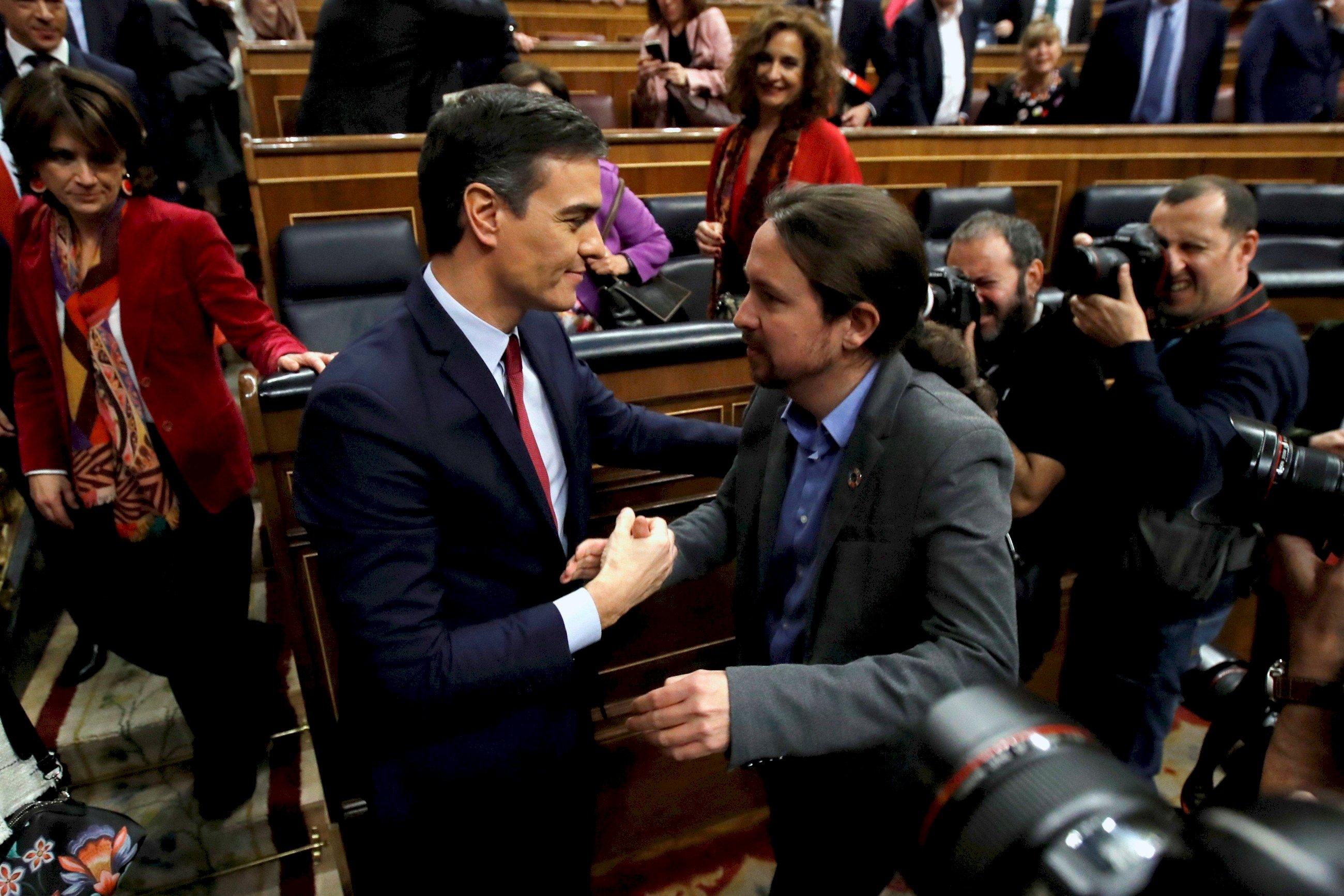 El presidente del Gobierno, Pedro Sánchez, junto a Pablo Iglesias en el Congreso de los Diputados en la sesión de investidura en enero de 2020 / EFE