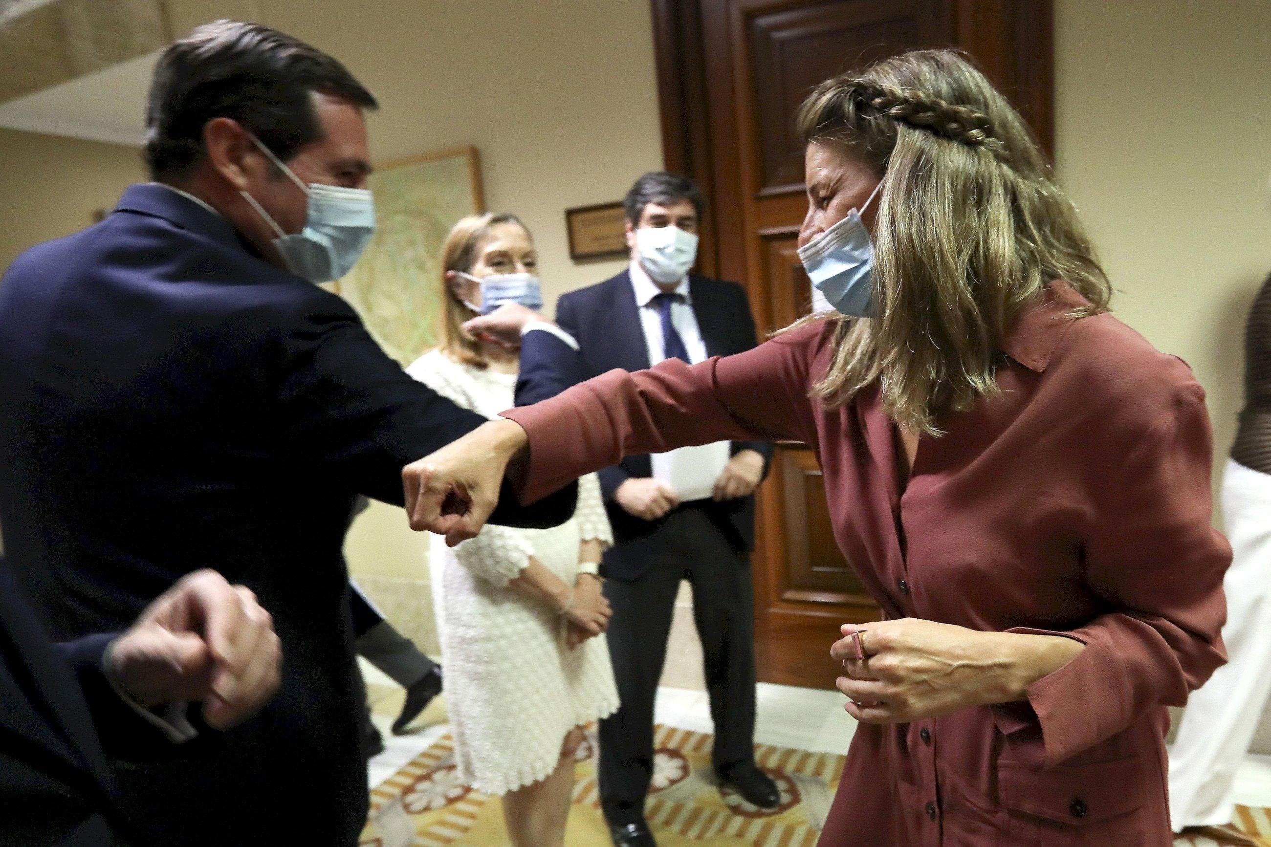 Yolanda Díaz se saluda con el presidente de la patronal, Antonio Garamendi, en una imagen de archivo. / EFE