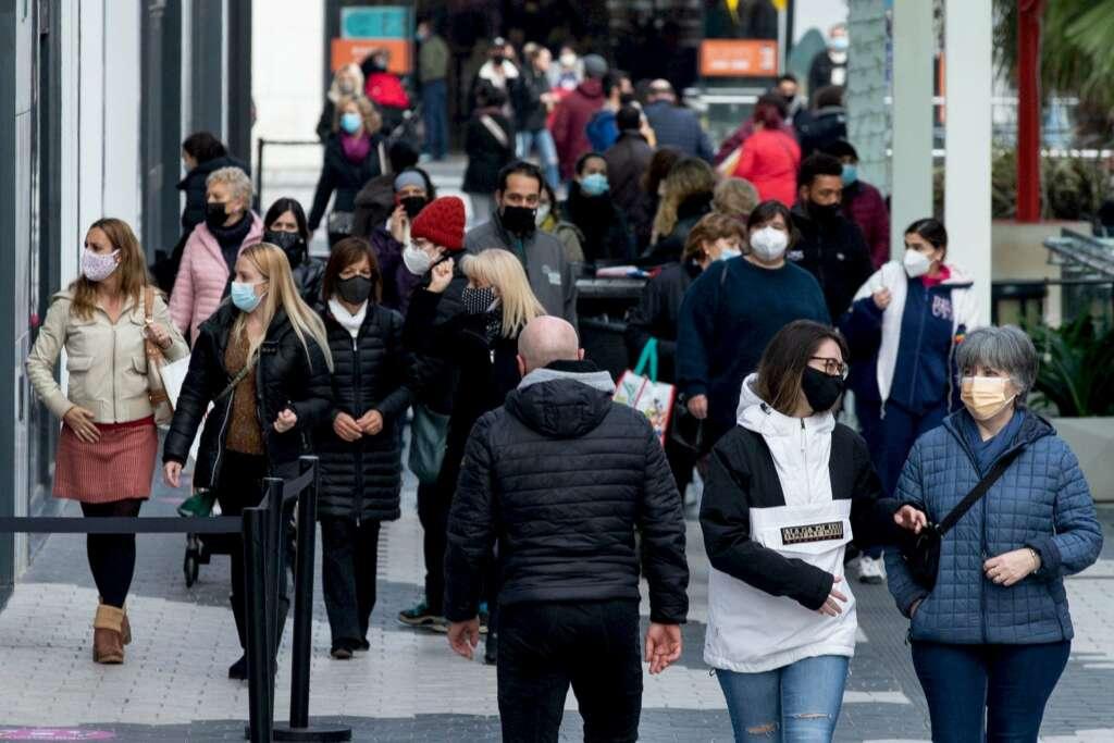 Un grupo de personas pasea por las inmediaciones de un centro comercial en Cataluña antes del inicio de la Navidad.EFE/Enric Fontcuberta