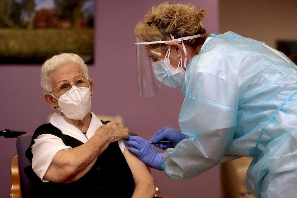 Araceli, una mujer de 96 años, residente en el centro de mayores Los Olmos de Guadalajara capital, ha recibido la primera dosis de la vacuna en España. EFE/Pepe Zamora