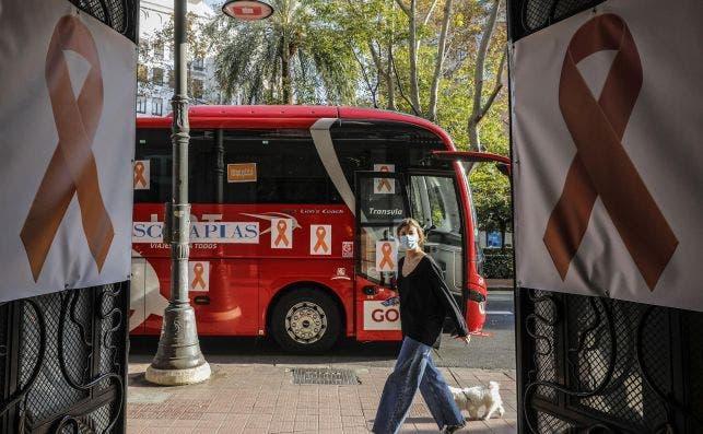 Un autobús naranja con los lazos naranja de protesta contra la Ley Celaá, que limita los derechos de las escuelas concertadas / EP
