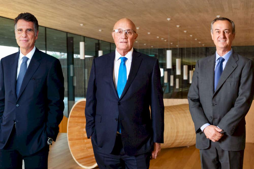 Jaume Guardiola, Josep Oliu y César González-Bueno, de Banc Sabadell