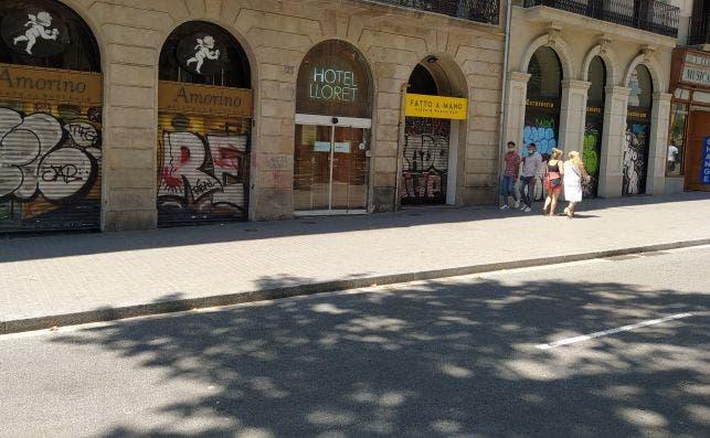 Todos los establecimientos de la parte alta de La Rambla que aparecen en la imagen estaban con las persianas bajadas la mañana del pasado miércoles. /ED