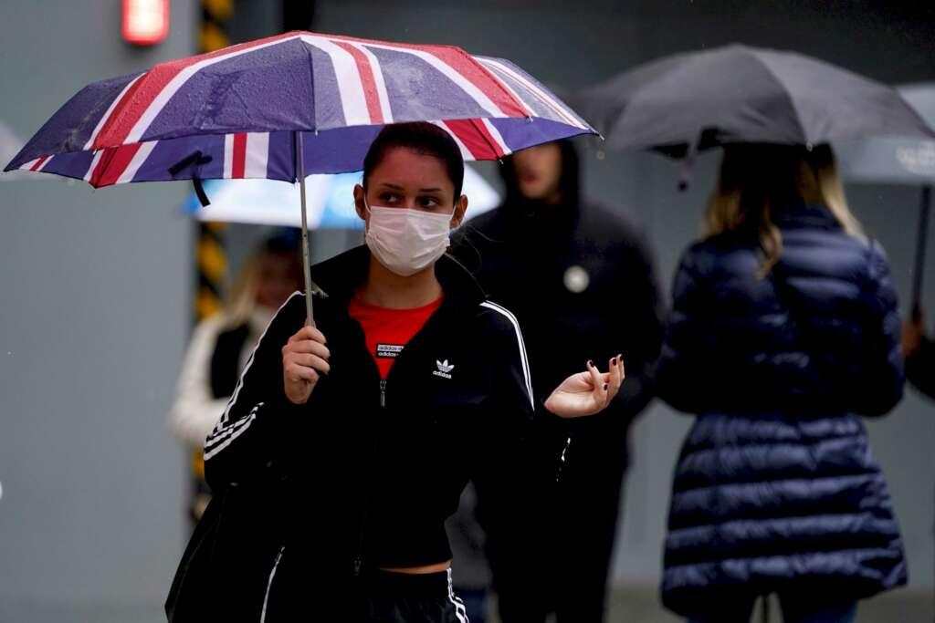 Varias personas pasean por las calles de Reino Unido con mascarillas de protección contra la Covid-19 / EFE