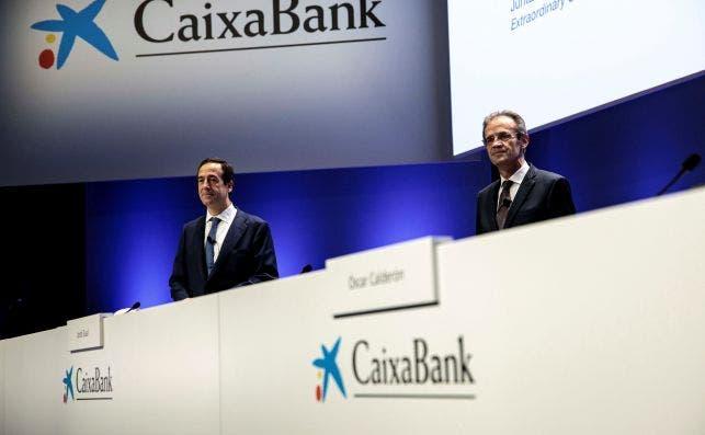Gonzalo Gortázar y Jordi Gual, consejero delegado y presidente de Caixabank. EFE