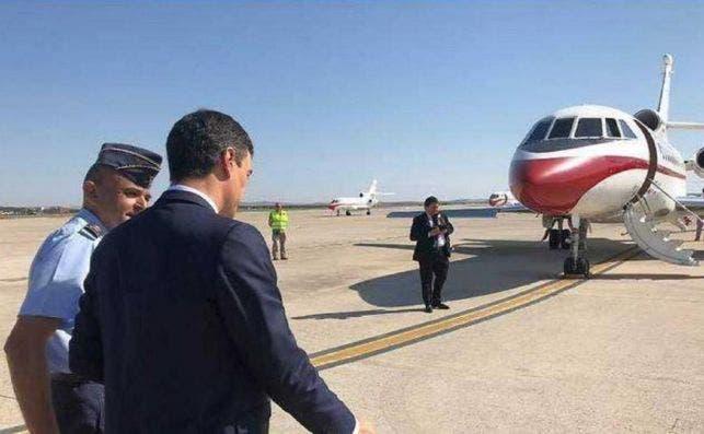 Pedro Sánchez camina hacia el Falcon del Ejército del Aire, en una imagen de archivo. EFE