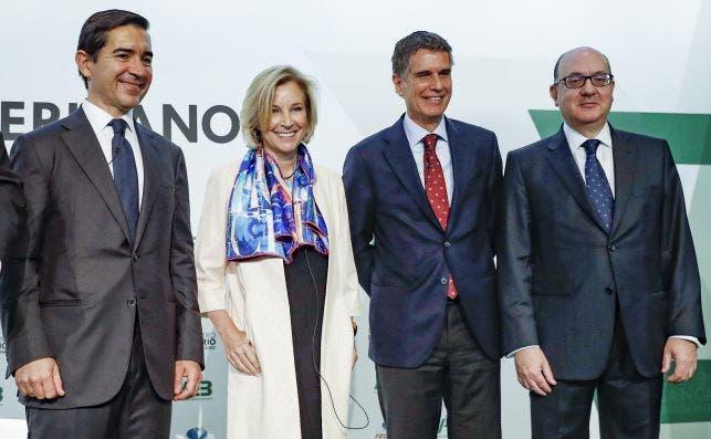 Carlos Torres, presidente de BBVA (izquierda) y Jaume Guardiola, consejero delegado del Sabadell (segundo por la derecha), en un acto de la AEB. EFE