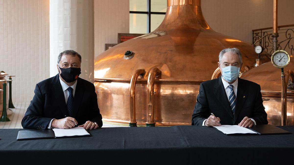 Ramón Agenjo (izquierda) y Jaume Roca (derecha) en un momento de la firma del contrato de compraventa de los terrenos.