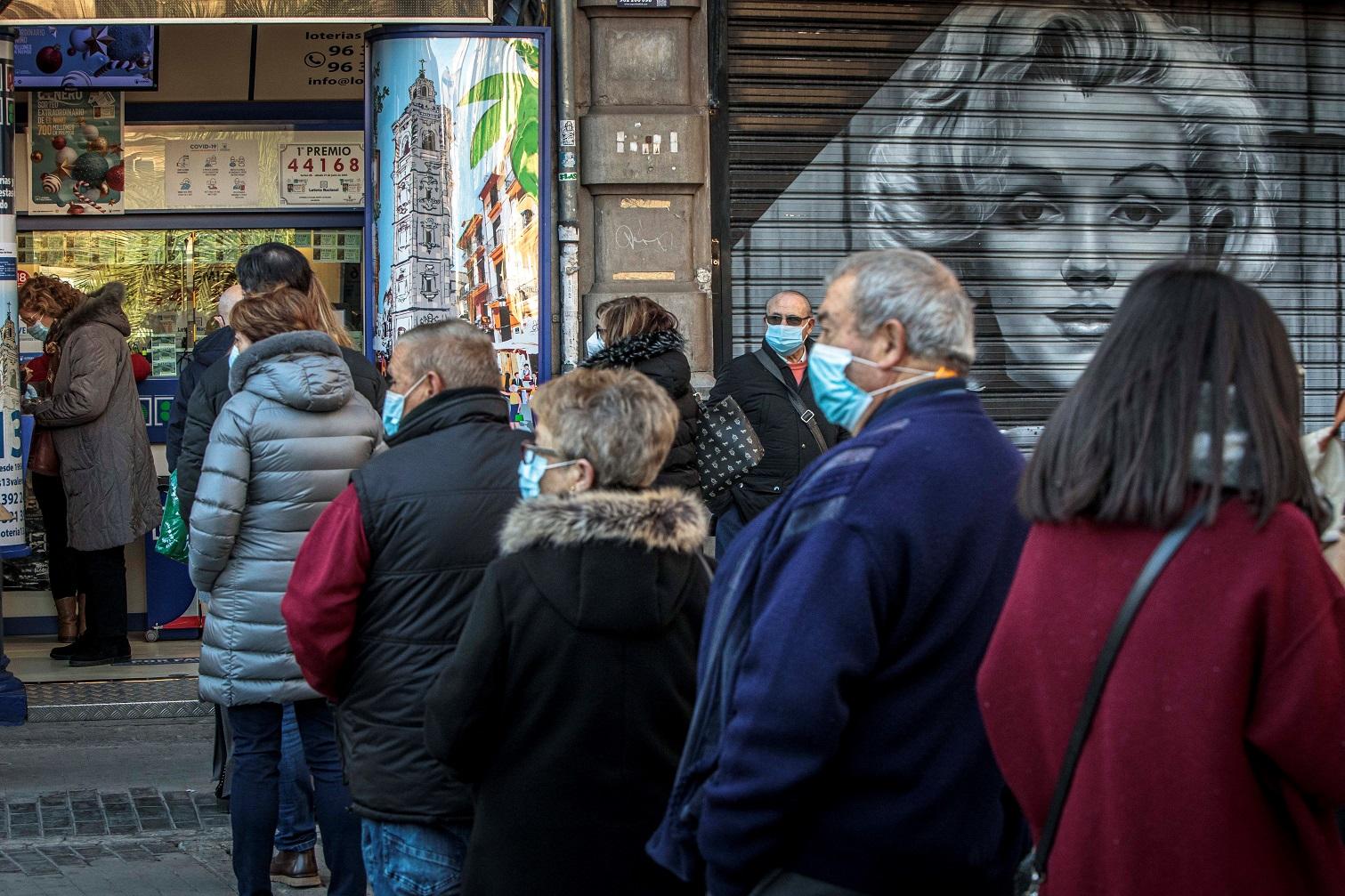 Varias personas hacen cola frente a una administración de lotería en València, a falta de dos días para la celebración del sorteo de El Niño, el 4 de enero de 2020. | EFE/BA