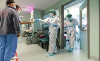arios sanitarios salen de la Unidad de Cuidados Intensivos (UCI) dedicada a pacientes covid del Hospital Miguel Servet de Zaragoza./ EFE/Javier Belver