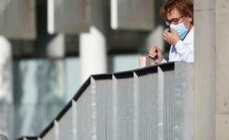 Una sanitaria toma un café durante su descanso en el Hospital del Mar que se encarga de combatir la pandemia de coronavirus. EFE/Alejandro García.