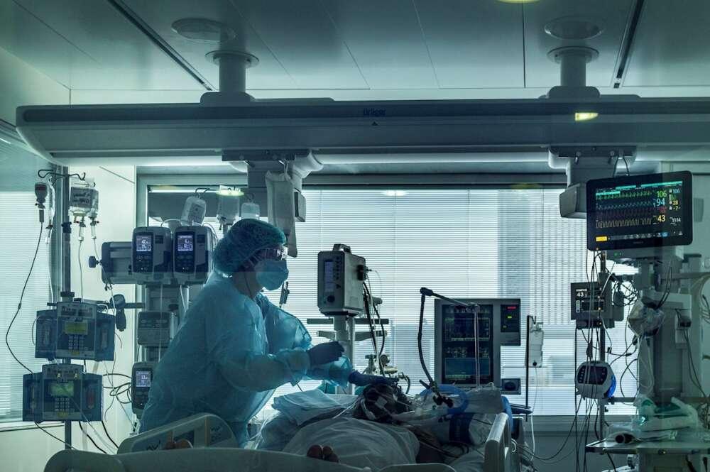 Personal sanitario de las UCI del Hospital Universitario de Bellvitge para pacientes covid, este jueves. EFE/Toni Albir