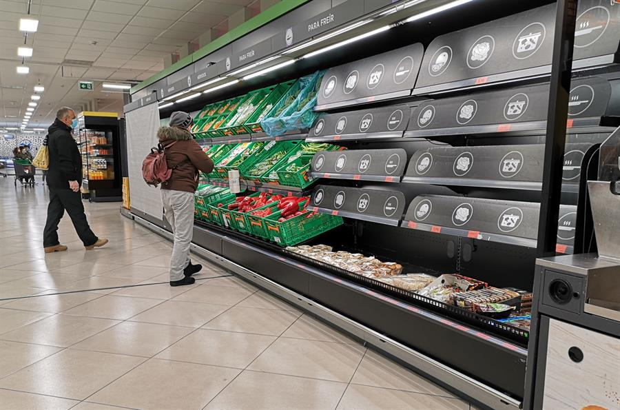 Varios usuarios en un supermercado de la localidad de Alcalá de Henares que presenta estantes vacíos por la falta de abastecimiento provocada por el temporal Filomena, que dificulta el tránsito habitual de camiones de reparto por gran parte de la Comunidad de Madrid. EFE/Fernando Villar