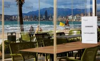 Uno de los restaurantes de la playa de Levante de Benidorm cerrado por las restricciones por covid. EFE/Manuel Lorenzo