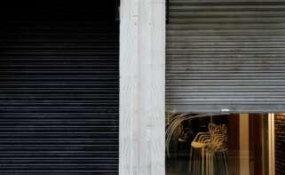 Sillas recogidas en un restaurante de Valencia afectado por las restricciones del coronavirus. EFE/Ana Escobar