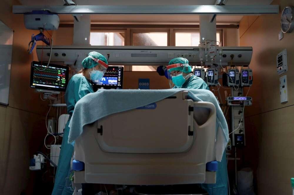 Dos profesionales sanitarios trabajan en la UCI del Hospital Vall d'Hebron de Barcelona. EFE/Alberto Estévez/Archivo