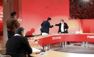 Pedro Sánchez aplaude el saludo de puño entre Salvador Illa y Miquel Iceta en el comité federal del PSOE celebrado el 23 de enero de 2021 en Barcelona, pese al cierre municipal en Cataluña por la Covid-19. El presidente del Gobierno tiene previsto acompañar al candidato del PSC en hasta cinco actos electorales del 14-F | EFE/PSOE