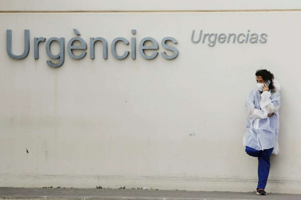 Personal sanitario aguarda ante la zona de urgencias del Hospital La Fe este lunes cuando la Comunitat Valenciana ha registrado 40 fallecimientos en la última jornada y 4.947 nuevos contagios, y el número de ingresados se sitúa en 4.338 (41 más que el sábado), de los que 586 están en UCI (seis menos que el día anterior). EFE/Biel Aliño