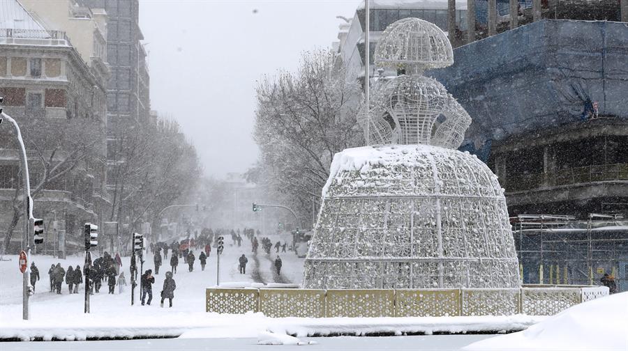 Vista de la calle Génova desde el Paseo de la Castellana de Madrid, este sábado, cubierto de nieve tras el paso de la borrasca Filomena. EFE/Ballesteros
