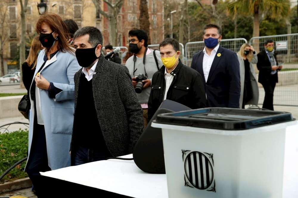 Acto electoral de JxCat, con las intervenciones de la candidata a la presidencia de la Generalitat, Laura Borràs (i), junto a uno de los presos con tercer grado, Jordi Sànchez (d). EFE/Toni Albir