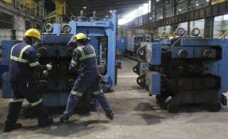 Dos trabajadores ante una máquina en las instalaciones de Sidenor, en Bizkaia. EFE/LUIS TEJIDO