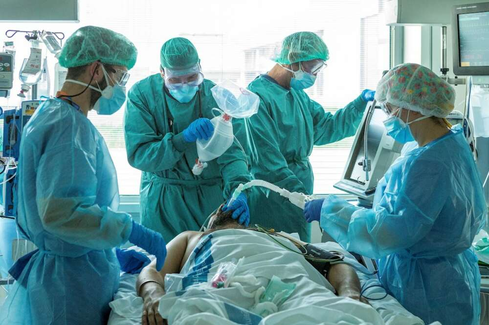 Profesionales del personal sanitario de las UCI del Hospital Universitario de Bellvitge durante la tercera ola. EFE/Enric Fontcuberta
