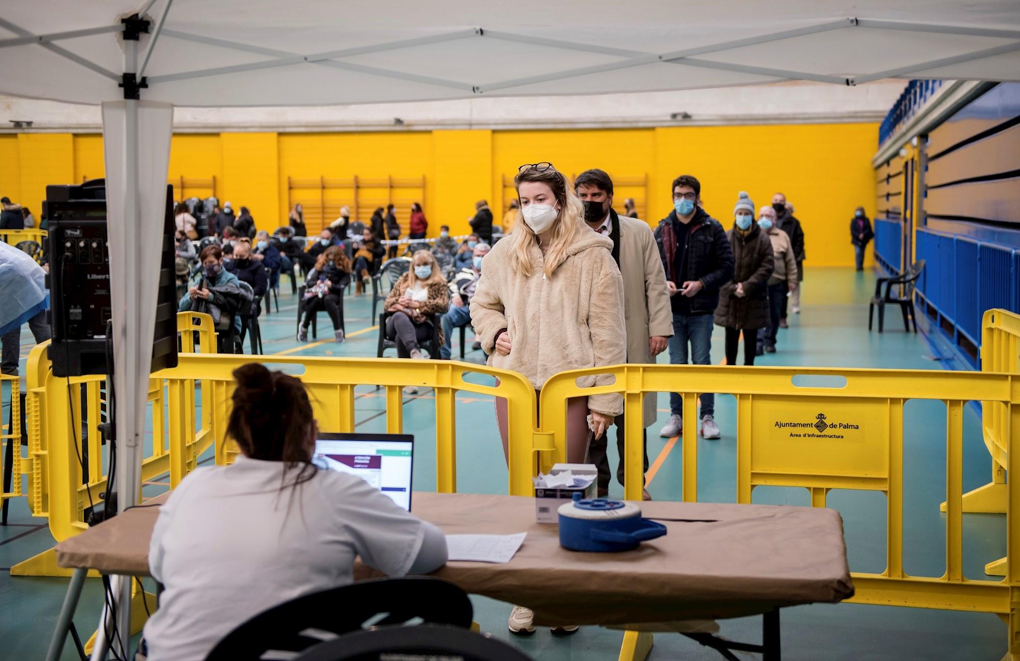 Varias personas esperan su turno para hacerse pruebas de Covid-19 en el barrio del Rafal Nou de Palma de Mallorca, el 28 de diciembre de 2020, en plena temporada de Navidad | EFE/Atienza/Archivo