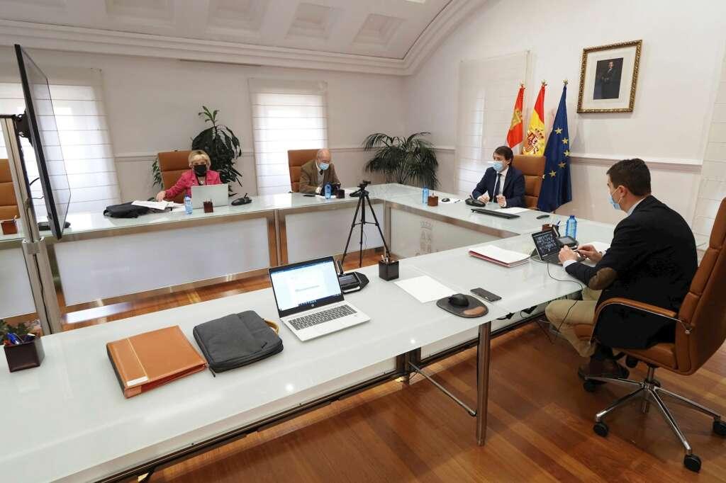 El presidente de la Junta de Castilla y León, Alfonso Fernandez Mañueco (2d) junto con el Consejero de Presidencia Ángel Ibáñez (d), el vicepresidente de la Junta Francisco Igea (2i) y la consejera de Sanidad Verónica Casado (i) durante la reunión. EFE/ R. García