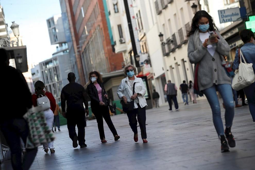 Ciudadanos pasean por las zonas comerciales del centro de Madrid. / EFE - David Fernández
