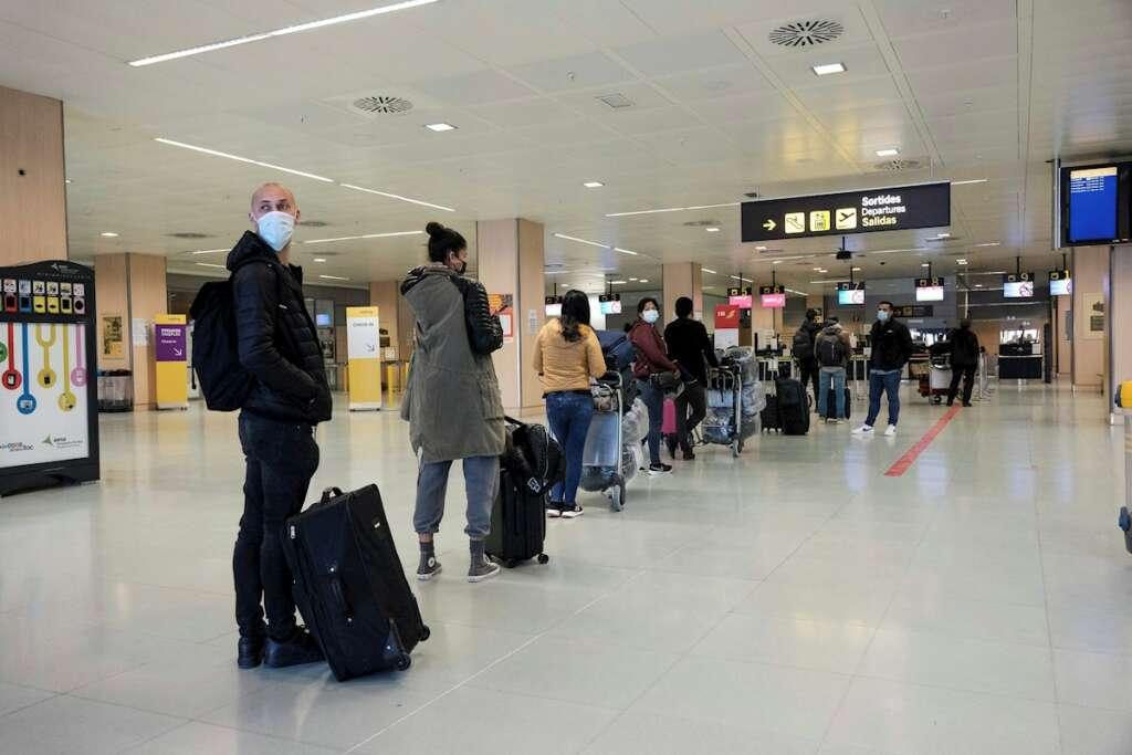 Varias personas hacen fila en un aeropuerto semivacío de Ibiza, uno de los destinos escogidos habitualmente por los británicos. EFESergio G. Canizares