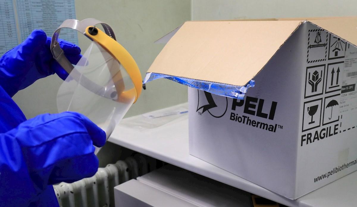 Un sanitario británico se dispone a preparar un lote de vacunas anti covid 19 recibido en el Croydon University Hospital, en el sur de Londres. EFE/EPA/Gareth Fuller / Archivo