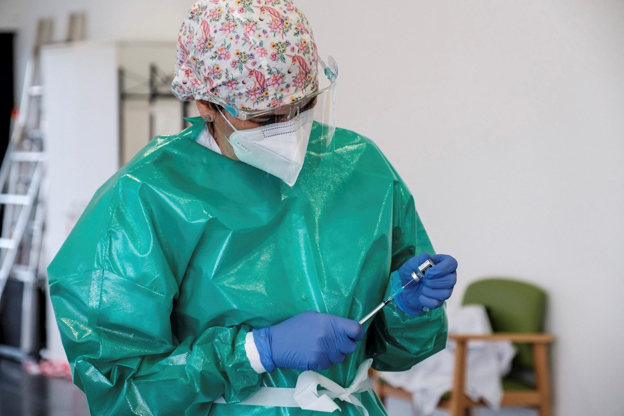 Una trabajadora prepara una vacuna. EFE/ Sergio G. Cañizares