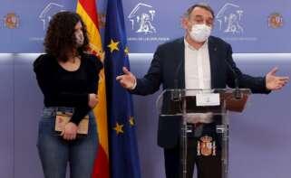 Los diputados de Unidas Podemos Sofía Castañón y Enrique Santiago dan una rueda de prensa este miércoles en el Congreso de los Diputados para explicar el plan de trabajo que registra Unidas Podemos para la Comisión de investigación sobre la trama Kitchen. EFE/J.J. Guillén